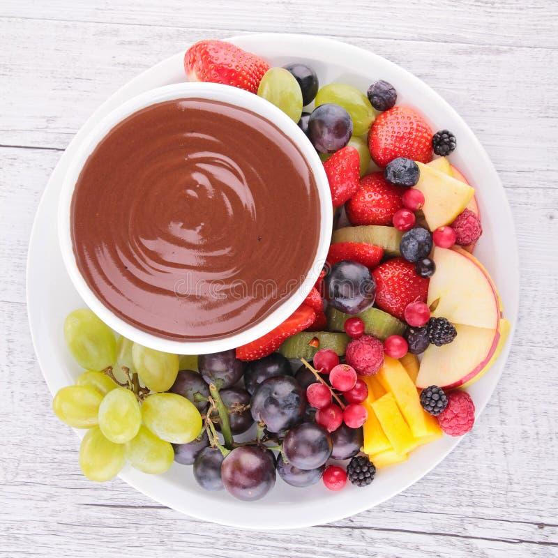 Salsa y frutas de chocolate imagenes de archivo