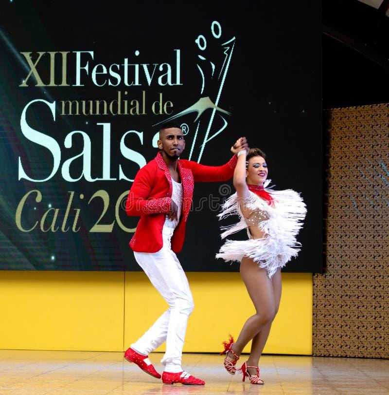 Salsadansers in Internacional-Festival van Salsa in Cali, het rode paar van Colombia royalty-vrije stock afbeeldingen