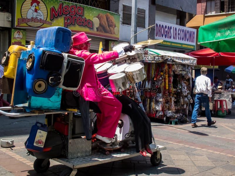 Salsasänger und -tänzer, die an einer Cali-Stadtzentrumstraße durchführen lizenzfreie stockbilder