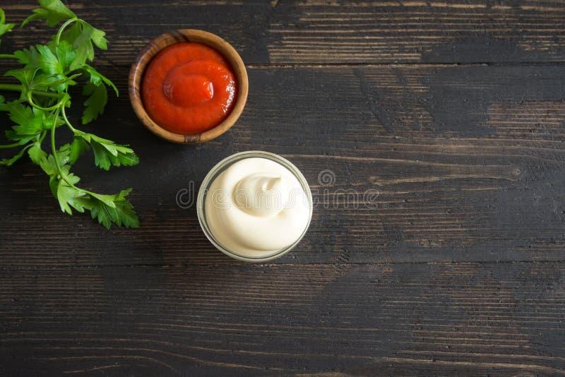 Salsas de la salsa de tomate y de la mayonesa fotos de archivo