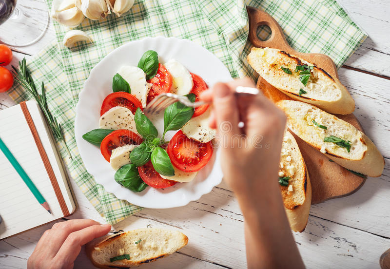 Salsd italien caprese avec du fromage de tomotoes, de basilic et de mozarella photographie stock libre de droits