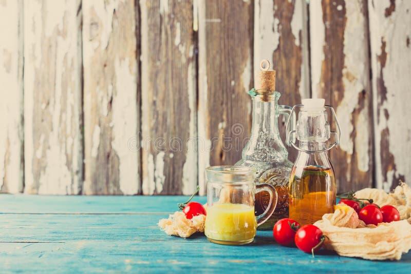 Salse e condimenti dell'insalata casalinghi immagine stock