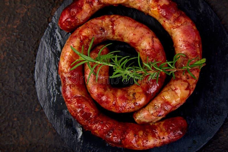 Salsicce di maiale a spirale grigliate o arrostite immagini stock