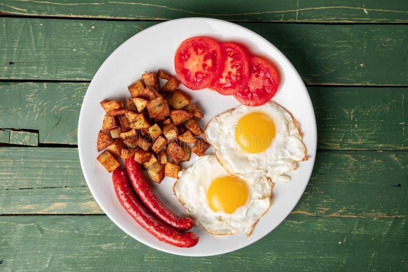 Salsiccia al forno con le uova e la patata immagini stock