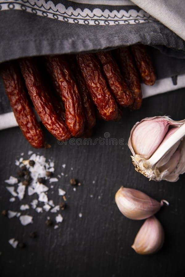 Salsiccia asciutta Salsiccie affumicate Salsiccia del paese, salsiccia casalinga fotografie stock libere da diritti