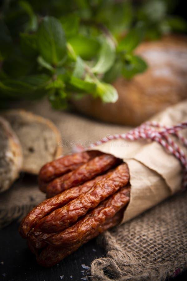 Salsiccia asciutta Salsiccie affumicate Salsiccia del paese, salsiccia casalinga fotografie stock