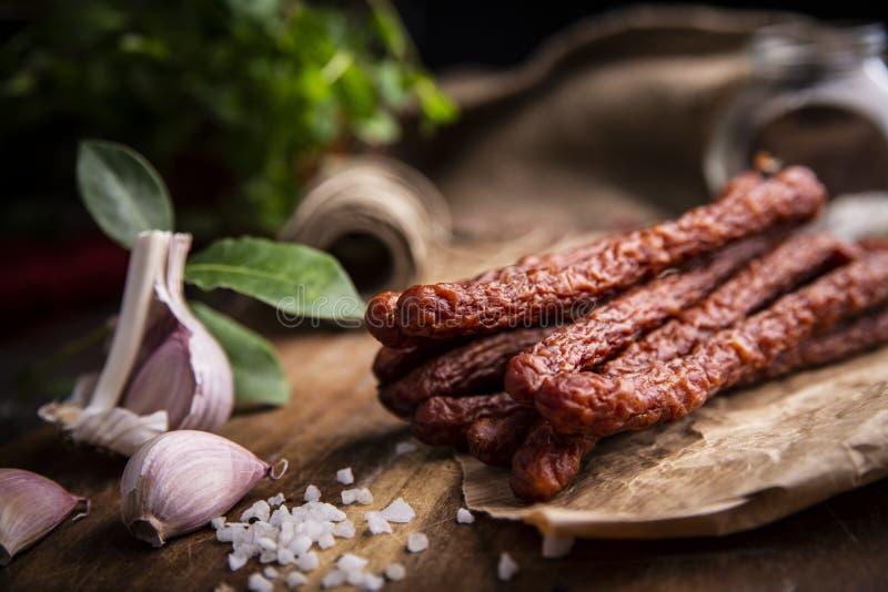 Salsiccia asciutta Salsiccie affumicate Salsiccia del paese, salsiccia casalinga immagini stock libere da diritti
