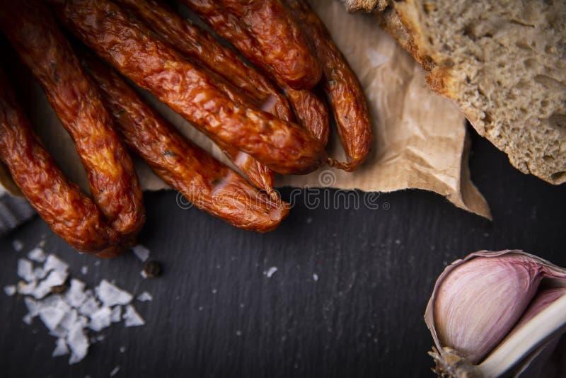 Salsiccia asciutta Salsiccie affumicate Salsiccia del paese, salsiccia casalinga immagine stock libera da diritti