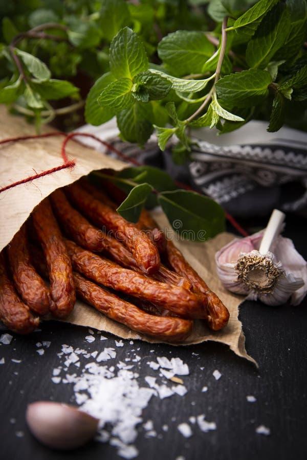 Salsiccia asciutta Salsiccie affumicate Salsiccia del paese, salsiccia casalinga fotografia stock libera da diritti