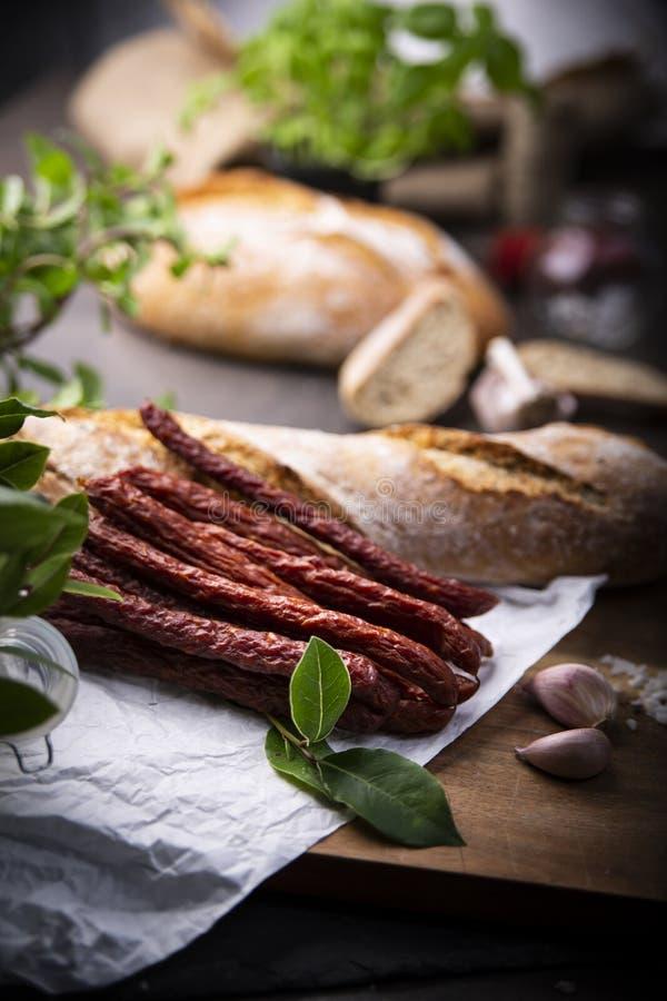 Salsiccia asciutta Salsiccie affumicate Salsiccia del paese, salsiccia casalinga immagine stock