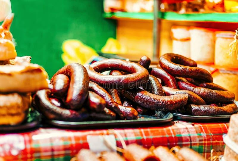 Salsiccia casalinga sul mercato di Natale a Riga immagini stock
