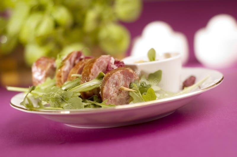Salsiccia con insalata fotografie stock