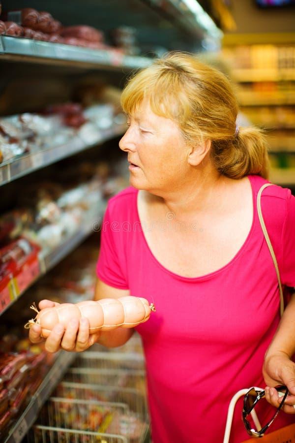 Salsiccia d'acquisto della casalinga fotografie stock libere da diritti