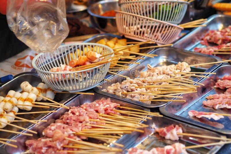 Salsiccia del pollo della carne di maiale del manzo della carne cruda in bastone di legno fotografia stock