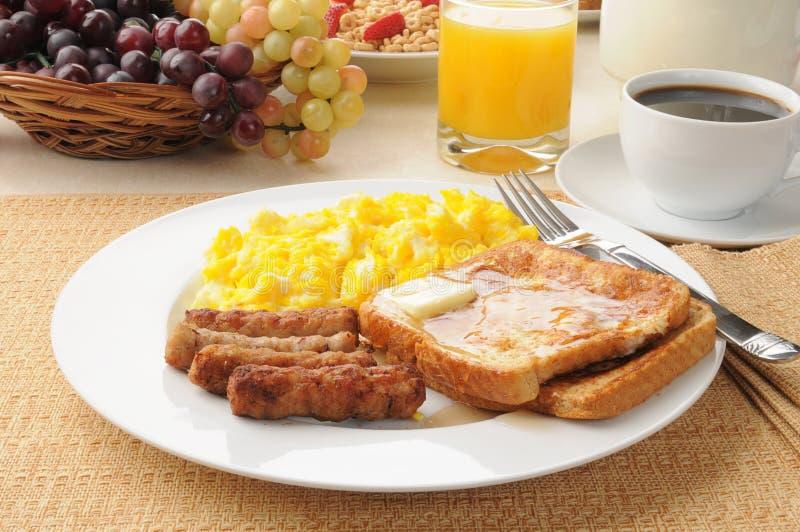 Salsiccia di collegamento e prima colazione del pane tostato francese immagini stock libere da diritti