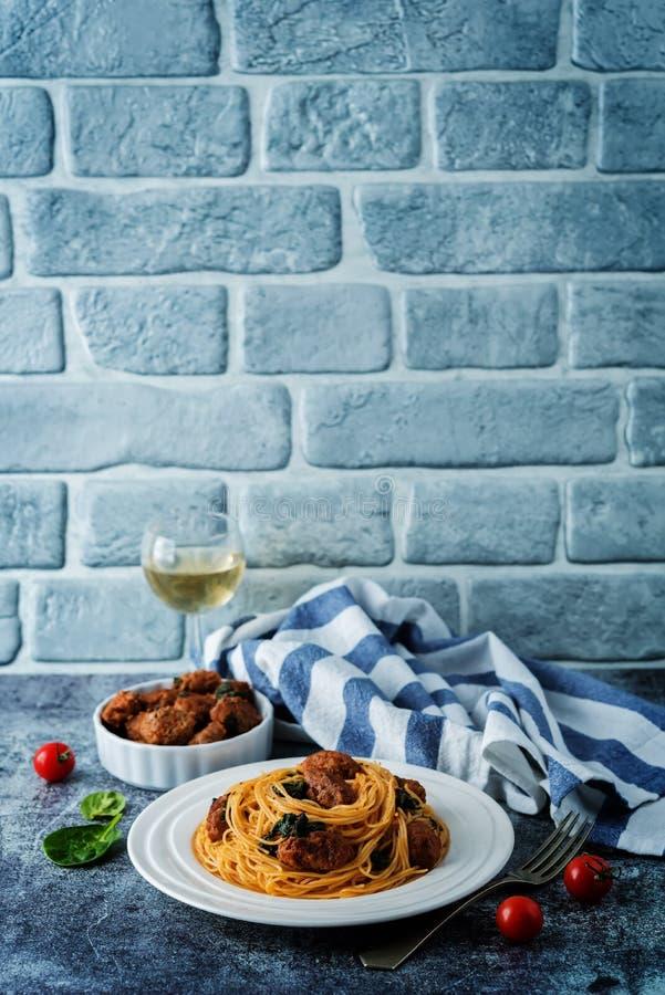 Salsiccia di pomodoro Spinach Pasta di pasta in una piastra bianca fotografie stock libere da diritti
