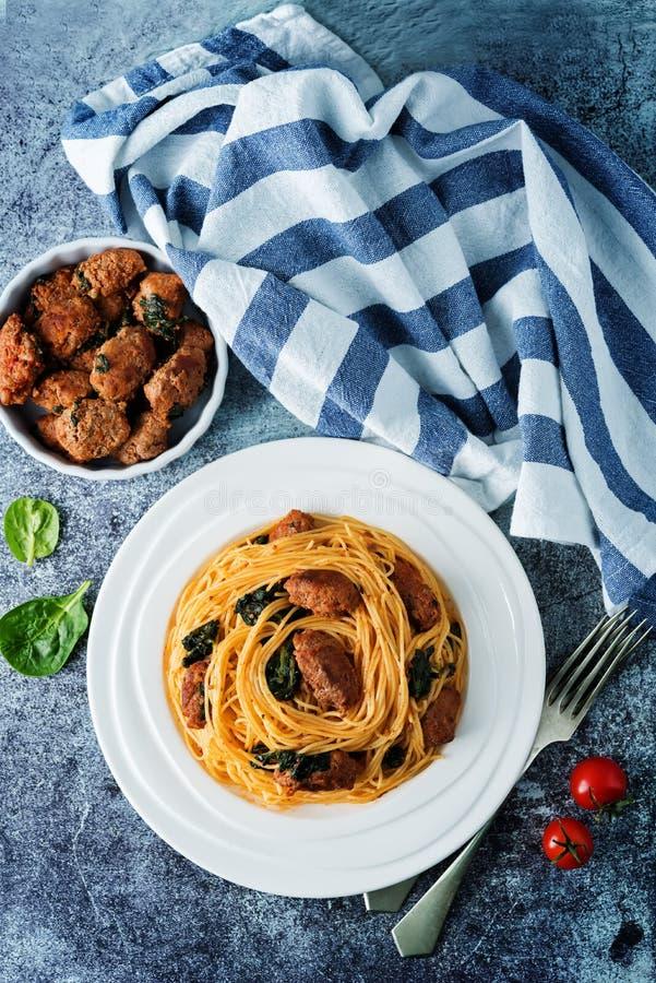 Salsiccia di pomodoro Spinach Pasta di pasta in una piastra bianca fotografia stock