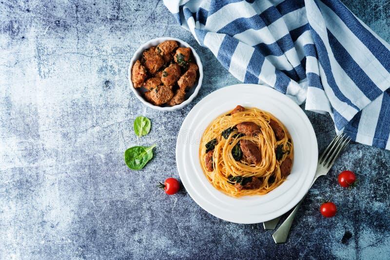 Salsiccia di pomodoro Spinach Pasta di pasta in una piastra bianca fotografia stock libera da diritti