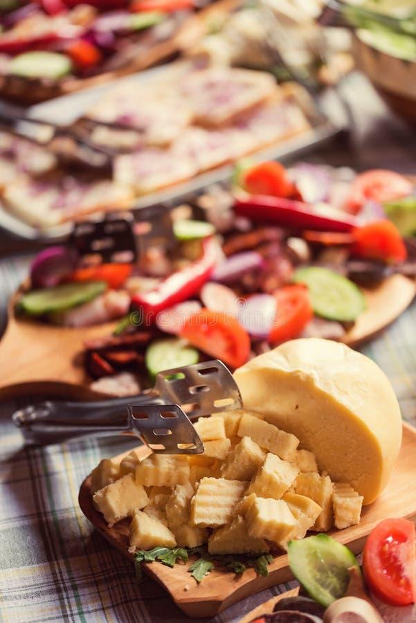 Salsiccia e bacon, prodotto a base di carne curato tradizionale immagine stock