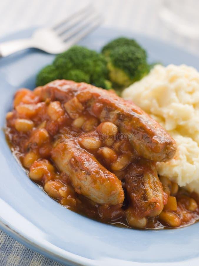 Salsiccia e casseruola cotta del fagiolo con la patata immagini stock libere da diritti