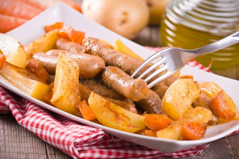 Salsiccia e patate. fotografia stock