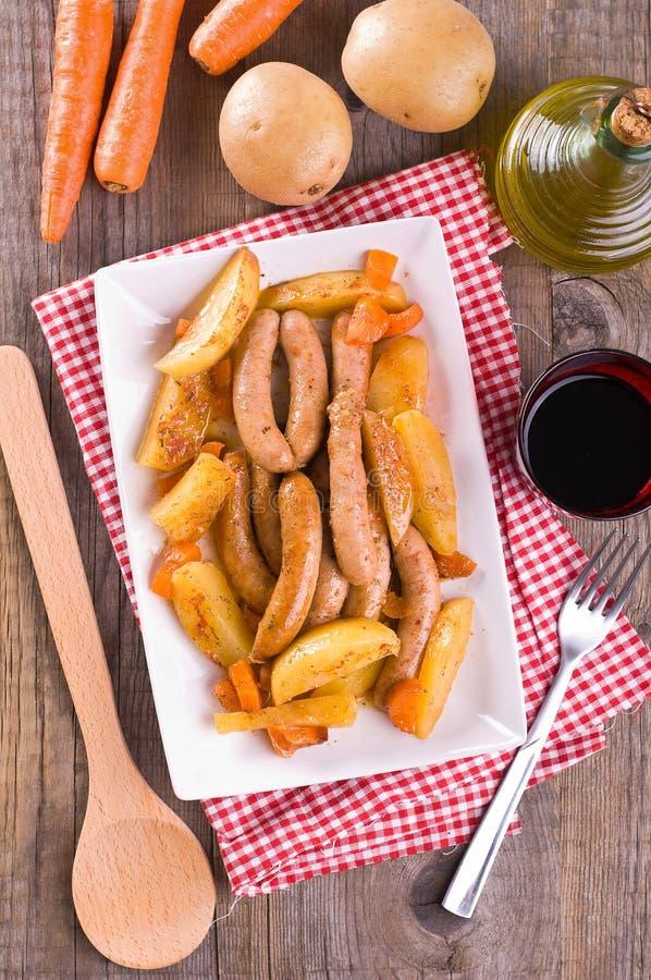 Salsiccia e patate. fotografie stock libere da diritti