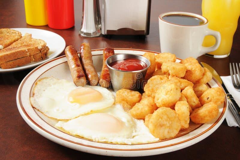 Salsiccia ed uova con le patate tritate fotografie stock libere da diritti