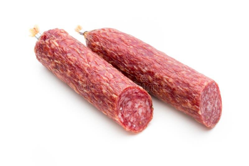 Salsiccia, foglie del basilico fumate salame e granelli di pepe isolati sopra immagini stock