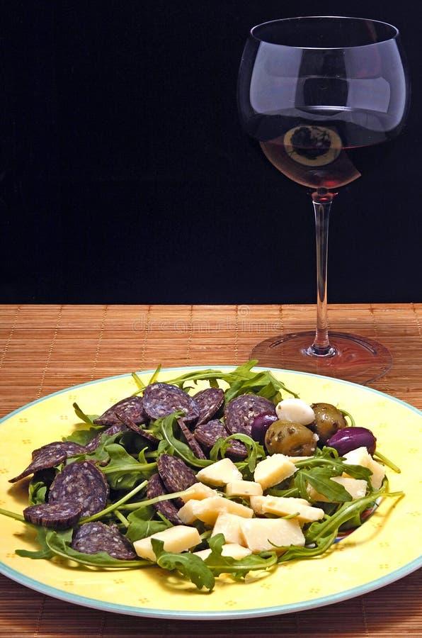 Salsiccia, formaggio e vino rosso immagine stock
