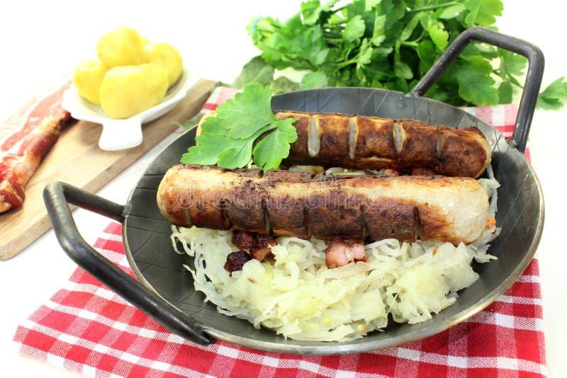 Salsiccia fritta con sourcrout fotografia stock