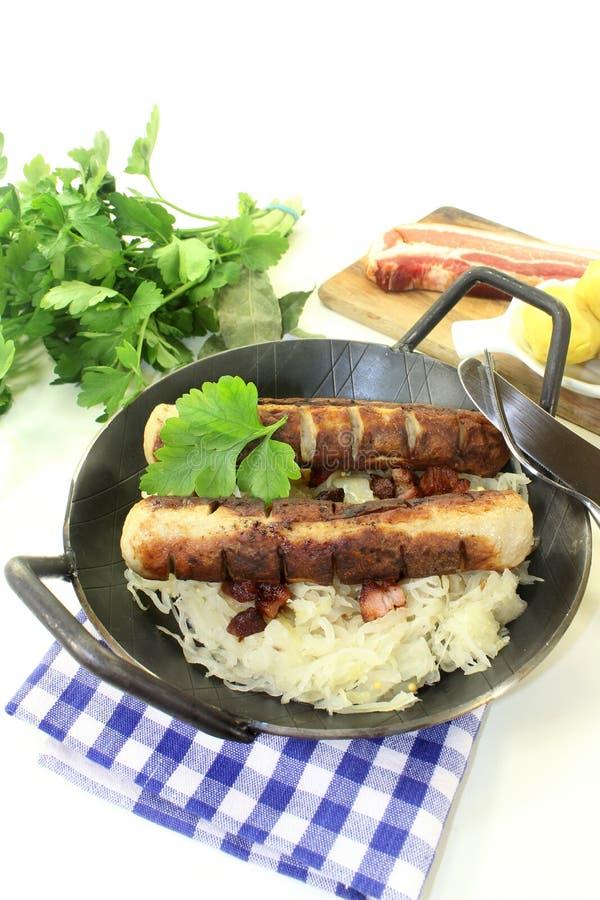 Salsiccia fritta con sourcrout immagini stock libere da diritti
