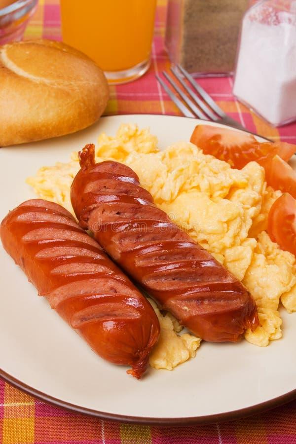 Salsiccia fritta ed uova rimescolate fotografia stock