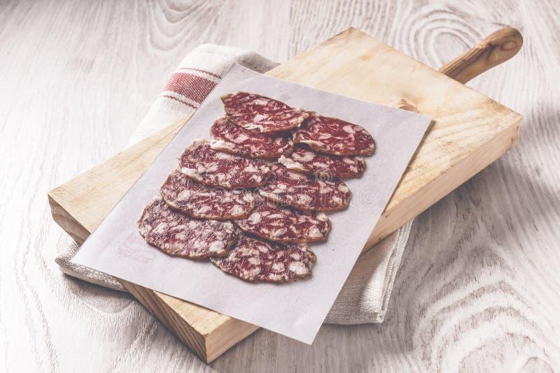 Salsiccia spagnola iberica tradizionale sul bordo di legno fotografie stock libere da diritti