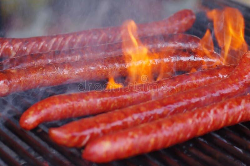Salsiccia sulla fine della griglia su fotografie stock