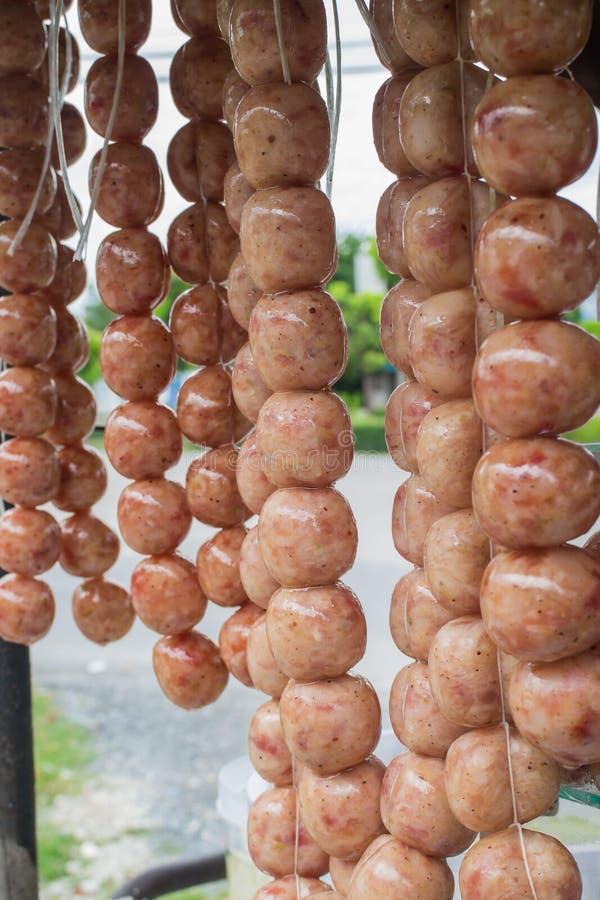 Salsiccia tailandese del riso del preparato della carne di maiale (Sai Krawk E-san) grigliata sul mercato di strada fotografia stock libera da diritti