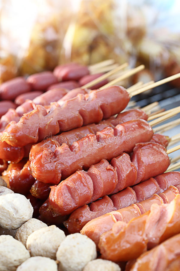 Salsiccia tailandese sul mercato dell'alimento della via, Tailandia fotografia stock