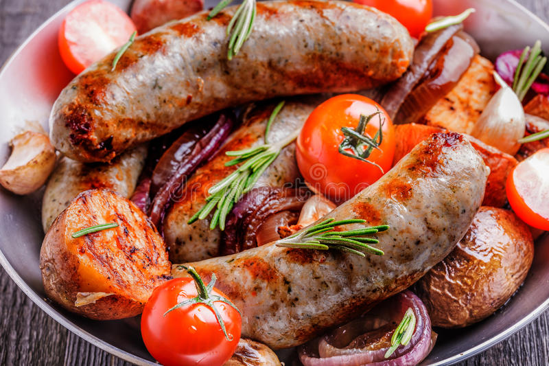 Salsiccie arrostite e verdure nello stile rustico fotografia stock libera da diritti