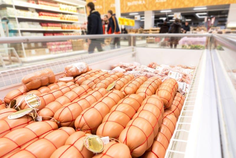 Salsiccie bollite differenti pronte per la vendita all'ipermercato immagine stock libera da diritti