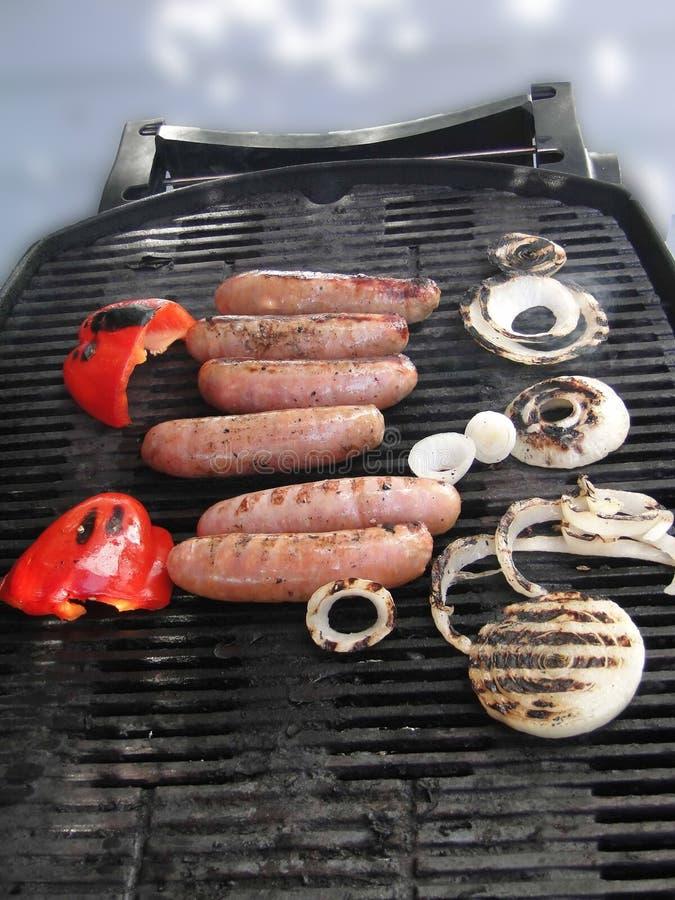 Salsiccie cotte, cipolla e peperoni, pronti da mangiare, immagine stock libera da diritti