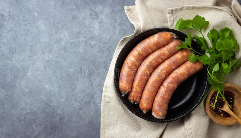 Salsiccie crude crude della carne ed erbe verdi immagini stock libere da diritti