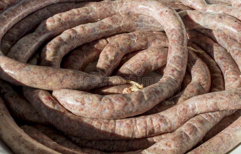 Salsiccie crude fresche naturali della carne suina immagine stock