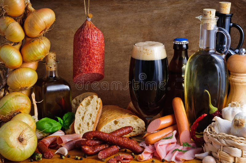 Salsiccie e birra tradizionali fotografie stock