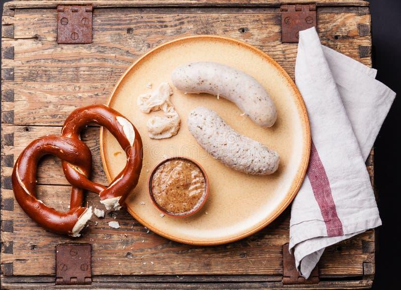 Salsiccie e ciambellina salata bianche di Weisswurst immagini stock