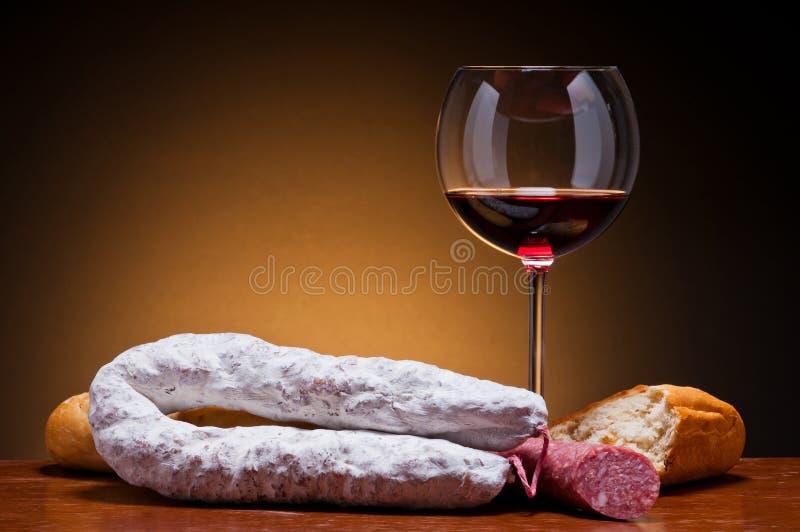 Salsiccie e vino del salame fotografia stock