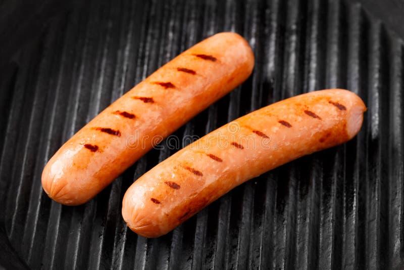 Salsiccie su una griglia fotografie stock