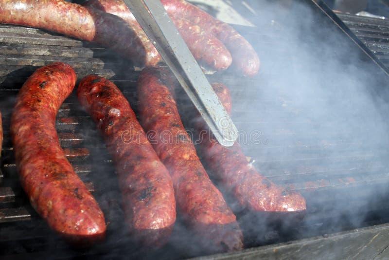 Salsiccie su una griglia Bratwurst su un barbecue BBQ Salsiccie arrostite sul bbq Salsiccie arrostite della carne su un barbecue  fotografia stock libera da diritti