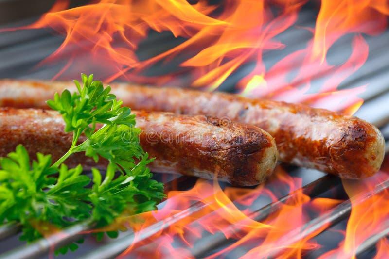 Salsiccie sulla griglia immagine stock libera da diritti