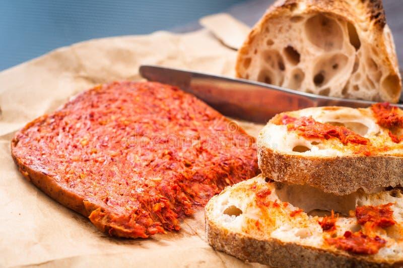 A salsicha calabresa de Nduja do italiano picante serviu com os vagabundos home rústicos imagens de stock royalty free