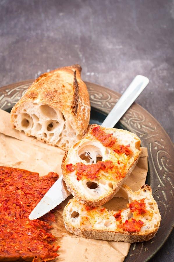 A salsicha calabresa de Nduja do italiano picante serviu com os vagabundos home rústicos foto de stock