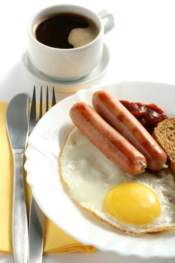 Salsicha com ovo e uma chávena de café imagens de stock royalty free